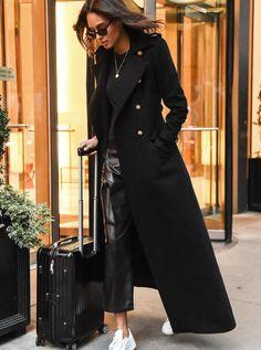 Manteau long noir cintré + pantalon en cuir noir + baskets blanches : le mix parfait !