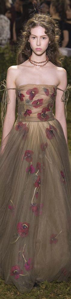 Christian Dior Spring 2017 Couture l Ria Dior Fashion, Floral Fashion, Fashion Art, Trendy Fashion, Spring Fashion, Fashion Show, Fashion 2016, Elie Saab, Marchesa