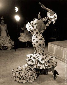 MANUELA VARGAS 05, flamenco dancer, by Therese Le Prat / MANUELA VARGAS 01 - Photo by Dennis Oulds-Central Press-Getty Images + sur jempolr.com / MANUELA VARGAS 02 - à gauche- et sa soeur Bolito Vargas rehearse their flamenco act at the Vaudeville Theatre in London 4th November 1964