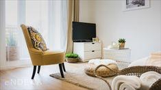 Rekonstrukce bytu v Brně na ulici Komprdova. Inspirace pro vybavení a dekoraci obývacího pokoje. #homedesign #livingroom #decoration #homedecoration Blanket, Blankets, Cover, Comforters