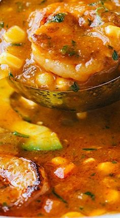 Healthy Recipes Summer Corn Soup with Shrimp More - Sweet summer corn simmered in a savory tomato base soup with seared shrimp, tender potatoes, creamy avocado, and topped with fresh herbs. Chowder Recipes, Chili Recipes, Shrimp Recipes, Fish Recipes, Seafood Soup Recipes, Corn Soup Recipes, Food Shrimp, Shrimp Gumbo, Seafood Stew