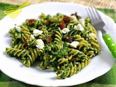 with powdered sugar: pasta with spinach, feta cheese and dried tomatoes - Jedzenie - Makaron Spinach Pasta, Spinach And Feta, Pasta Recipes, Diet Recipes, Healthy Recipes, Eat Happy, Good Food, Yummy Food, Going Vegetarian