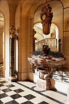 C'est dans ce vestibule qu'étaient accueillis les hôtes de Moïse de Camondo. Cette pièce doublée par une galerie de circulation est de plain-pied sur la cour d'honneur alors que tous les autres espaces de ce rez-de-chaussée bas, réservés au service, sont à demi enterrés du coté jardin. Les murs comme ceux de l'escalier sont en pierre d'Ile-de-France et non en stuc, Moïse de Camondo ayant demandé à son architecte René Sergent de ne pas utiliser de matériau de remplacement. Dès l'entrée, on…