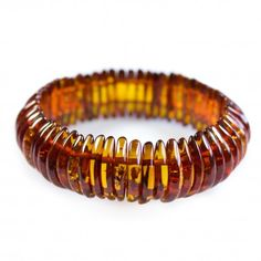 Bracelet d'ambre couleur cognac, taille adulte fabriqué avec des pierres d'ambre en forme de demi-lune sur élastique.  Poids approximatif: 20.3 grammes. Diamètre approximatif: 6 cm Dimension des pierres: 1.5 - 2 cm