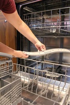 Remove and clean dishwasher spray arm Diy Dishwasher Cleaner, Dishwasher Cleaning Tips, Dishwasher Smell, Diy Home Cleaning, Cleaning Appliances, Bathroom Cleaning Hacks, Cleaning Wood, Household Cleaning Tips, Cleaning