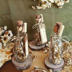 Kuru papatya ile detaylandırılmış nikah şişesi, dilerseniz kenarındaki davetiye ile nikah davetiyesi olarak kullanılabilir.