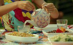 Bela Gil explica porque é bom tomar chá quente no verão... chá de gengibre