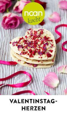 Du suchst ein schnelles DIY für den Valentinstag? Dieses Last-Minute Rezept für romantische Herzen aus weißer Schokolade mit Macadamia Nüssen klappt in 5 Minuten. Last Minute, Breakfast, Food, Valentines Day Hearts, White Chocolate, Food Food, Morning Coffee, Essen, Eten