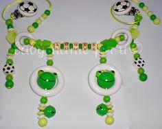 """Kinderwagenkette """"Fußball/Frosch/3D-Frosch"""" hellgrün/gelbgrün/lemon aus Holz mit Wunschname, mit 4 Holzringen, 8 Motivperlen und 2 Glöckchen. Ich f..."""