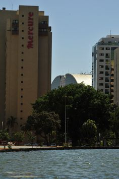 aula 4 - foto 04 - Torre de TV - quis enquadrar a geometria dos prédios, com ênfase para uma parte do Brasília Shopping que aparece na imagem.