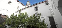 El convento de las Teresas, en el barrio de Santa Cruz, reorganizado... Andalucia, Saints, Santa Cruz, Sin City, White Lead, The Neighborhood, Cities