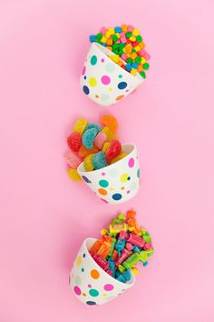learn now to make these super cute and easy DIY confetti candy bowls. You candy will never look cuter. Colorful Candy, Candy Colors, Kreative Desserts, Sweets Photography, Pink Sweets, Diy Confetti, Diy And Crafts, Crafts For Kids, Candy Bowl