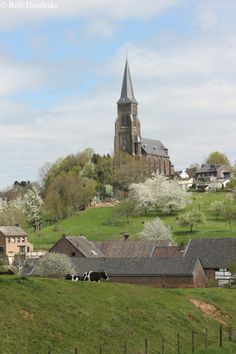 My holiday address next week is Vijlen, Zuid-Limburg, in the south of the Netherlands, the only place in our country where there are some beautiful hills. Leiden, Rotterdam, Beautiful Places, Beautiful Pictures, Le Village, Photos Voyages, Chapelle, Places To See, Countryside