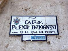 Cacería Tipográfica N° 6: Señal en cerámico en la calle Puente Bolognesi, Centro Histórico de Arequipa.