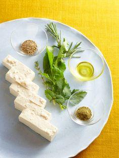 漬け込む期間を長くすればするほど、ねっとりとコクが出てチーズのような味わいに。クセのないあっさりした味が好みの人は早めに食べて。しっかりと水切りをするのがポイント。|『ELLE a table』はおしゃれで簡単なレシピが満載!