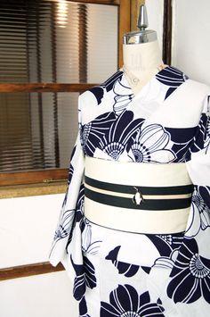白地に紺のお花がひらりと舞う注染レトロ浴衣 - アンティーク着物