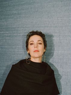 Olivia Colman has been a quiet star in Britain for a decade. But with two royal roles ahead, she's reluctantly stepping into the spotlight. Pretty People, Beautiful People, Olivia Coleman, Tyler Carter, Crown Aesthetic, Best Actress Award, Broadchurch, Hair Photo, Women In History