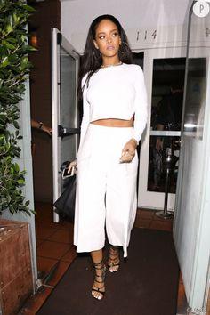Rihanna opte pour un pantalon évasé taille haute avec son haut court.