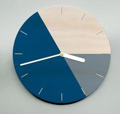 Etsy の Modern Wall Clock / Masculine Clock / by MrWolfeClocks