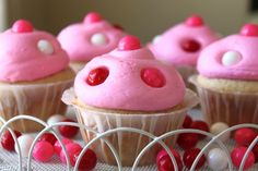 Bubble Gum Cupcakes are so sweet and adorable. It's great and very fun idea. Tender white cake topped with yummy, bubble-gum frosting and decorated with Bubble Gum Cupcakes, Love Cupcakes, Yummy Cupcakes, Cupcake Cookies, Simple Cupcakes, White Cupcakes, Cupcake Frosting, Vanilla Cupcakes, Bubble Gum Ice Cream