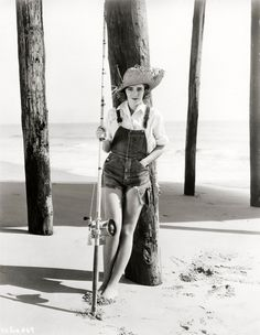Canadian born actress Ruby Keeler looking seriously cute in a pair of cut-off denim overalls. Mode Vintage, Vintage Denim, Vintage Ladies, Vintage Fashion, Overalls Vintage, Vintage Beauty, Vintage Outfits, Mae West, Hollywood Icons