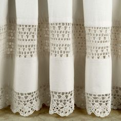 Rideau vintage, crochet vintage intercallée dans du tissu blanc/ecru... Je kiff l'idée, a refaire ^^