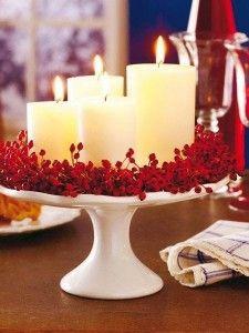 Yılbaşı gecesini aydınlatacak boy boy mumlar ve ona eşlik eden kırmızı meyveler.