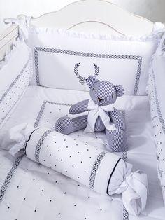 Kit Berço Provençal marinho para meninos e meninas. Unisex Crit set Baby Crib Bedding, Baby Bedroom, Baby Cribs, Nursery Room, Kids Bedroom, Baby Decor, Kids Decor, Cot Bumper, Kid Beds