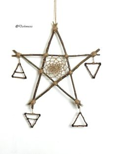 Darkmnesia on etsy Wooden pentacle with dream catcher in jute thread and symbols of the wooden elements to each corresponding branches . Autel Wiccan, Wiccan Decor, Wiccan Crafts, Witchcraft, Magick, Pentacle, Baby Witch, Fete Halloween, Witch Aesthetic