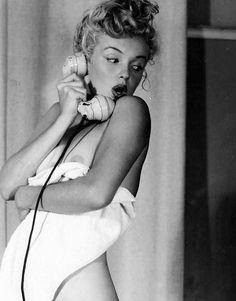 Marilyn Monroe posing for pinup artist Earl Moran, 1949.