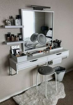 Best elegant small bedroom design ideas with stylish, art touching, and clean design. Small bedroom is best choice for your home with small space. Vanity Room, Small Bedroom Vanity, Mirror Vanity, Bedroom Desk, Vanity Set Up, Bedroom Vanities, Vanity Bathroom, Calm Bedroom, Mirror Room