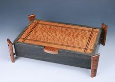 Lidded valet with legs