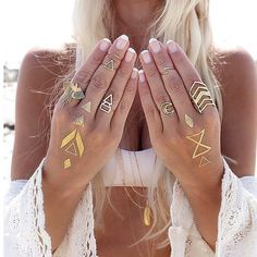Jewelry Ideas : Pair flash-tats with your favorite rings and make any outfit stand … Festival Outfits, Festival Fashion, Coachella, Flash Tats, Metal Tattoo, Tattoo Designs For Women, Henna Designs, Temporary Tattoos, Boho Chic
