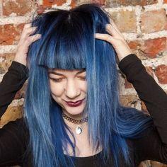 Chica con el cabello azul con negro