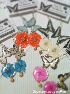 butterflyと押し花のピアス       蝶と押し花のゆらゆらピアスです可愛い蝶が、お花の上にとまっているような物語の一場面のようなピアス。ちょうちょと...|ハンドメイド、手作り、手仕事品の通販・販売・購入ならCreema。