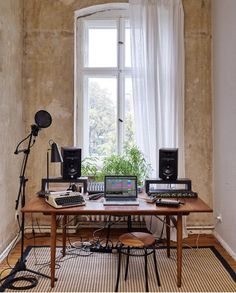 ✅ Live in an apartment and have no space for a home studio? Check out these 11 awe-inspiring home studio ideas for small apartments - Great ideas for how to set up a music studio in an apartment or small space! Studio Desk Music, Home Studio Setup, Studio Interior, Studio Ideas, Music Desk, House Studio, Music Music, Interior Design, Home Bedroom