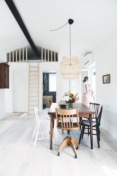 Open sky and loft Above Tv Decor, Tv Wall Decor, Sinnerlig Ikea, Canapé Diy, Interior Decorating, Interior Design, Cottage, Table And Chairs, Wall Design