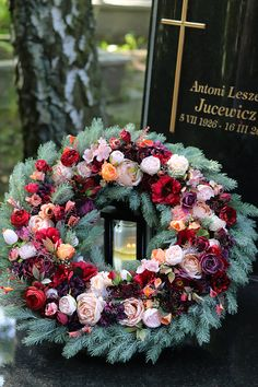 Creative Flower Arrangements, Funeral Flower Arrangements, Christmas Arrangements, Funeral Flowers, Cemetery Decorations, Xmas Wreaths, How To Make Wreaths, Artificial Flowers, Flower Decorations