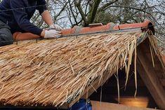 Deze kant-en-klare dakpanelen van riet en stro geven je prieel in de tuin, tijdelijke beursstand, Hawaii beachbar, strandtent of overkapping in de tuin een unieke look and feel. De afmetingen van deze dakstroken zijn 200x70 cm. Deze prefab dakstroken zijn gevlochten op bamboelatten, eventueel kun je hier doorheen schroeven, wel voorboren. Ook decoratief te gebruiken rond je bar, kerstmarkt of horeca luifel. #klantfoto #dakbedekking Hawaii, Hawaiian Islands