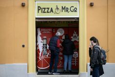 Pizza Vending Machine, Pizza Machine, Rome Pizza, Neopolitan Pizza, Food For The Poor, Types Of Pizza, New Pizza, Chicken Pizza, Global Business