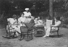 Groepsfoto in tuin - Fotoarchief Stichting Surinaams Museum. klik foto voor meer! Old Photos, South America, Dutch, Museum, Outdoor Decor, Holiday, Black, Historia, Old Pictures