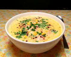 I dag stod der igen en suppe på menuen - en fyldig alt i én-suppe med både laks, kartofler, majs og andet grønt i. Udover at den smager rigtig godt og er nem at lave, så synes jeg også at farverne gør en glad i låget. Suppen mætter rigeligt i sig selv, så jeg serverede ikke brød eller a