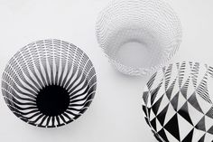 This is a paper bowl that envelops air. You can freely change its shape by molding it. The thin and lightweight paper gains tension and strength when pulled out. By expanding and compacting it in diverse ways, you can enjoy the ever-changing patterns