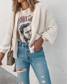 tee & sweater + distressed jeans = fall mom uniform // everyday casual style Source by jobaras uniform fall Trendy Outfits, Fashion Outfits, Fashion Hacks, Fashion Tips, Graphic Tee Outfits, Look T Shirt, Mom Jeans Outfit, Fall Jeans, Ripped Mom Jeans