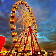 Ride a ferris wheel at night with someone special. Haven't been on one since I was a kid. Carnival Photography, School Photography, Sunset Photography, Pretty Pictures, Art Pictures, Pretty Pics, Fair Rides, Amusement Park Rides, Fun Fair