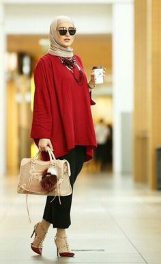 Hijab chic discovered by Mano Ribbon on We Heart It Hijab Chic, Hijab Style Dress, Hijab Wear, Casual Hijab Outfit, Casual Outfits, Muslim Women Fashion, Islamic Fashion, Modest Fashion, Modest Outfits