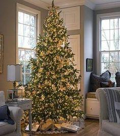 Árvore de natal decorada com a cor dourada [17]