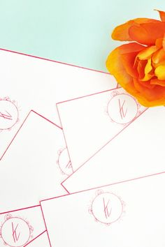DIY Floral Monogrammed Notecards on Maritza Lisa - Make your own pretty monogrammed stationery with this step-by-step tutorial. Click through to make your own!