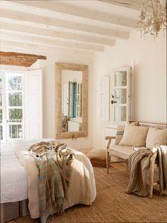 Dormitorio principal rústico con vigas blancas, balcón con contraventanas de madera y espejo 00452321 O