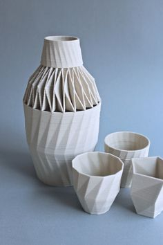 Unfold Desgn Studio: The Stratigraphic Porcelain series is designed for the ceramic printer. It's a series of tableware, still evolving. Each piece in the series has its own source code, referring to the number of facets from which the object is constr Impression 3d, Modern Ceramics, Contemporary Ceramics, 3d Printing News, 3d Printed Objects, Design Textile, Digital Fabrication, 3d Prints, Ceramic Design